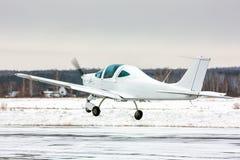 Start het kleine sportvliegtuig bij de wintervliegveld Royalty-vrije Stock Foto