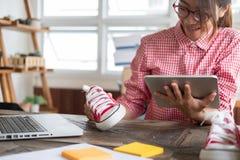 Start kleine bedrijfseigenaar die met digitale tablet bij wor werken royalty-vrije stock foto