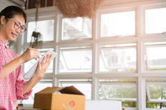 Start kleine bedrijfseigenaar die met digitale tablet bij wor werken stock foto's