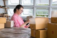 Start kleine bedrijfseigenaar die met digitale tablet bij wor werken stock afbeeldingen