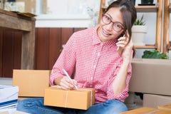 Start kleine bedrijfseigenaar die met klant op mobiele ph spreken royalty-vrije stock foto's