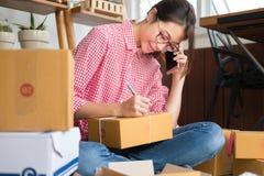 Start kleine bedrijfseigenaar die met klant op mobiele ph spreken stock afbeeldingen