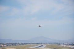 Start och landning på flygplatsen Solig dag och klar himmel Arkivfoto