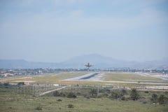 Start och landning på flygplatsen Solig dag och klar himmel Royaltyfria Foton