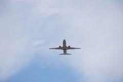 Start och landning på flygplatsen Solig dag och klar himmel Royaltyfri Bild
