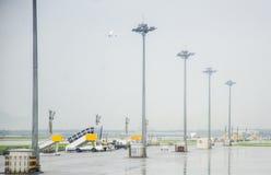 Start- och landningsbana på regniga dagar royaltyfria bilder