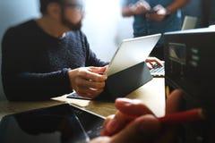 Start Programmerend Team Websiteontwerper die digitale lijst werken stock afbeeldingen