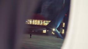 Start samolotu lota samolotowy poj?cie p?aski zdejmowa? przy noc? przy lotniskowym paskiem Widok Od okno zdjęcie wideo