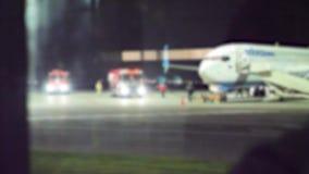 Start samolotu tła samolotu lota zamazany pojęcie p?aski zdejmowa? przy noc? przy lotniskowym paskiem _ zbiory