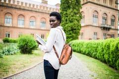 Start som ska studeras Attraktiv afrikansk kvinnlig högskolestudent på universitetsområde arkivbilder