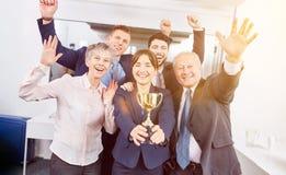 Start-up lag med vinnaretrofén royaltyfria bilder