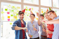 Start-up lag som firar framgång med partiet Royaltyfria Foton