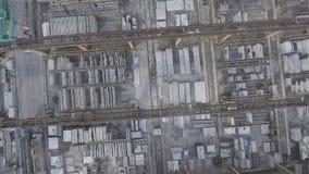 Start van de hommel van pakhuis met metaalstructuren Beklim in lucht Vlucht over fabriek Start van stock video