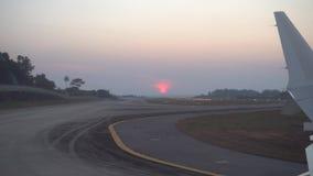 Start van de luchthaven Weergeven van het venster van de vliegtuigen, zonsondergang, hemel, baan stock video