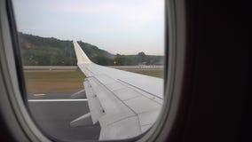Start van de luchthaven Weergeven van het venster van de vliegtuigen, zonsondergang, hemel, baan stock videobeelden