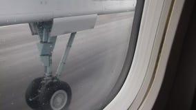 Start van een klein vliegtuig stock video
