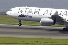 Start van het vliegtuig bij de Domodedovo-luchthaven van de baan Royalty-vrije Stock Afbeeldingen