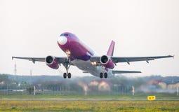 Start van het Wizzair de commerciële vliegtuig van Otopeni luchthaven in Boekarest Roemenië stock fotografie