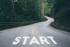 Start zum Erfolgsgeschäft druckte auf der Straße, die in Richtung zu führt Lizenzfreies Stockfoto