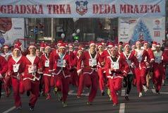 Starta att springa Santa Clauses Royaltyfri Foto