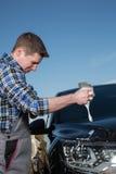 Starta att tvätta en bil på en solig dag Arkivbild