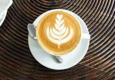 Starta dagen med nytt kaffebegrepp Bästa sikt per koppen av Art Latte med stil för blom- design för träd på cappuccinokaffe Royaltyfria Foton