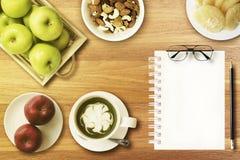 Starta din nya dag med nya frukter och grönt te Arkivfoto