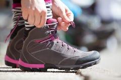 Starta en affär Bind dina skor och gå Startande klart begrepp Royaltyfria Foton
