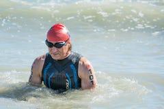 Starta för simningprovet av den rörelsehindrade idrottsman nen Alex Zanardi på Ironman 70 3 Pescara av Juni 18, 2017 Royaltyfri Bild