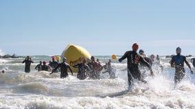 Starta för simningprovet av idrottsman nen av Ironmanen 70 3 Pescara av Juni 18, 2017 Fotografering för Bildbyråer