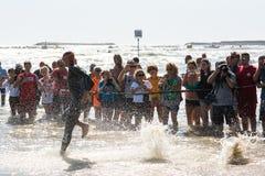Starta för simningprovet av idrottsman nen på Ironman 70 3 Pescara i Juni 18, 2017 Royaltyfri Bild