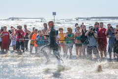 Starta för simningprovet av idrottsman nen på Ironman 70 3 Pescara i Juni 18, 2017 Arkivbild