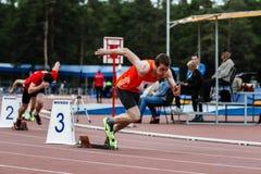 Starta idrottsman nen på 400 meter Royaltyfria Foton