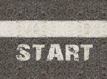 Starta ordet på asfaltvägen Arkivbild