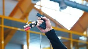 Starta pistolen med mikrofoner som ger skottet för att starta av konkurrens lager videofilmer