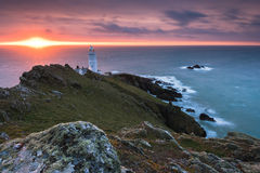 Starta punktfyren på soluppgång i Devon, UK Royaltyfri Foto