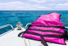 Starta resan till havet med säkerhetsbegrepp, sikt av hastighetsfartyget med flytvästflyttning med Seascape och himmel med molnet Royaltyfri Foto