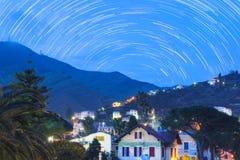 Starta slingan av en liten stad genova nervi Arkivbilder