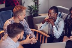 Starta upp den Team Of Freelancers In The kontorsplanläggningen royaltyfri foto
