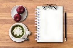 Starta upp din nya dag med nya frukter och grönt te Arkivbild