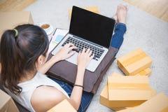 Starta upp SME för små och medelstora företagentreprenören eller frilansa den asiatiska kvinnan som arbetar med asken Royaltyfri Foto