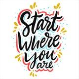 Starta var du ?r Hand dragen vektorbokst?ver Motivational inspirerande citationstecken stock illustrationer