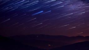 Startails en área de montaña en noche almacen de video