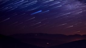 Startails op berggebied in nacht stock video