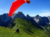 Startande flyg för Paraglider med blåa himlar Arkivbilder