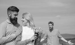 Startar den hållande ögonen på flickan för före dettapartnern lycklig förälskelseförbindelse Koppla ihop den utomhus- soliga dage royaltyfri foto