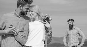 Startar den hållande ögonen på flickan för före dettapartnern lycklig förälskelseförbindelse ny förälskelse Koppla ihop den utomh arkivfoton