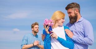 Startar den hållande ögonen på flickan för före dettapartnern lycklig förälskelseförbindelse Tjänstledigheter förbi bakom Par med royaltyfri foto