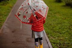 Startar röd sommarguling för paraplyet flickalilla barnet royaltyfria foton