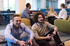 StartBeambten die computerspelen spelen stock foto's